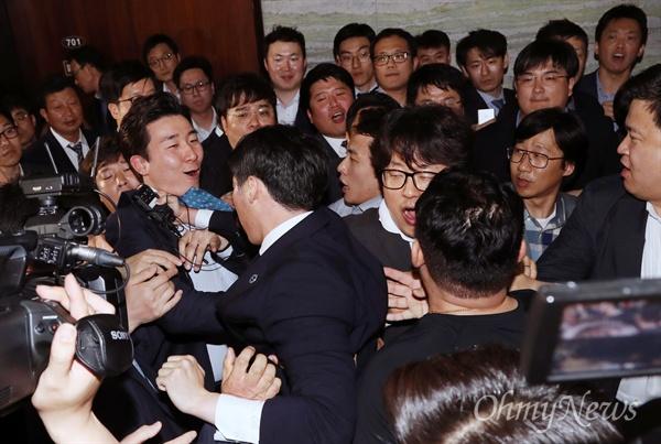 국회 경위 끌어내는 한국당 26일 새벽 경호권이 발동된 국회 본관 의안과 앞에 국회 경위들이 도착하자, 자유한국당 의원 보좌진 및 당직자들이 이들을 한 명씩 끌어내고 있다.