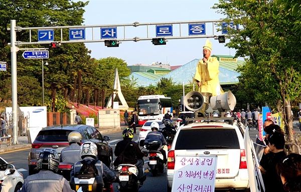 삼성중공업 사내 화장실에서 쓰러져 뇌출혈로 사망한 ㄱ(49)씨의 유족들이 김경습 삼성중공업일반노조 위원장과 함께 상복시위를 벌이고 있다.