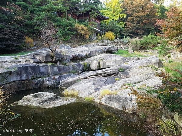 영벽지 일대 성락원은 계류를 중심으로 조성된 정원으로 물과 돌의 조화가 일품이다.