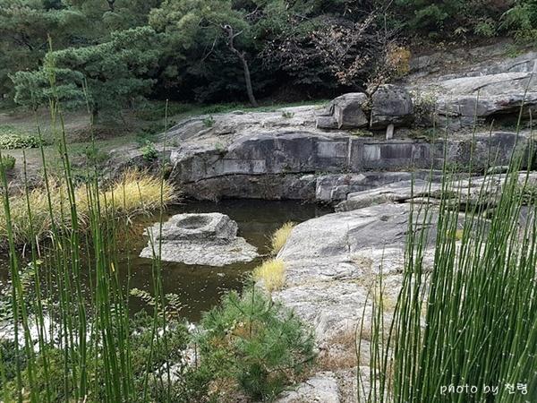 영벽지와 장빙가 연못에는 석조물이 있고, 암반에는 장빙가 등의 글씨가 새겨 있다.