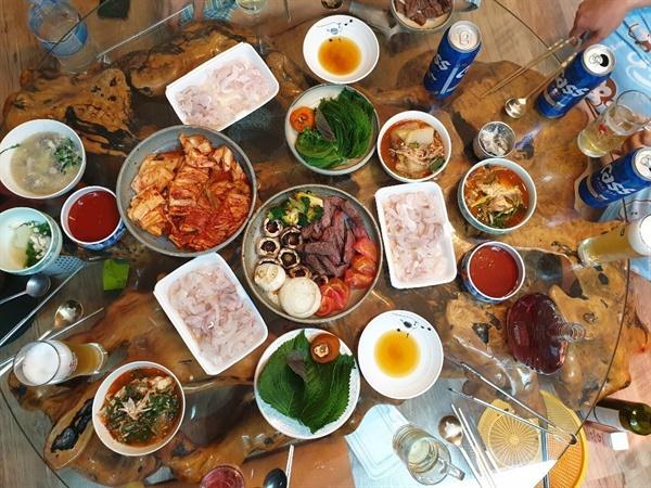 부모님 생신, 밖에 나가지 않고 집밥을 차립니다. 비용은 20만원 남짓. 한 번 산 식재료로 2박 3일, 일곱 식구가 양질의 식사를 했습니다. 식사 준비에서 정리까지 온 가족이 함께 합니다.