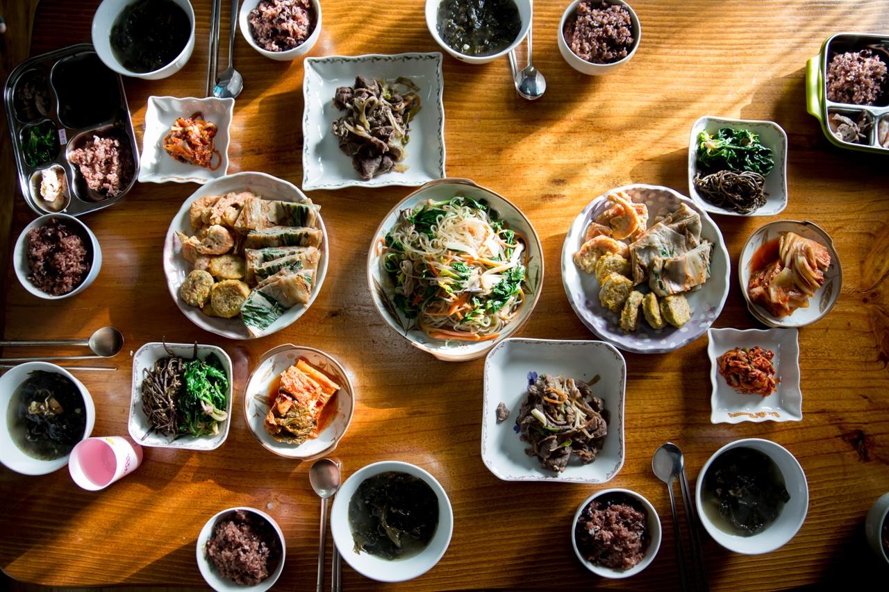 한 사람의 수고로움으로 차리는 집밥 아닌, 온 식구가 노동의 균형을 맞춘 집밥. 가장 저렴한 비용으로 양질의 식사를 할 수 있는 방법입니다.