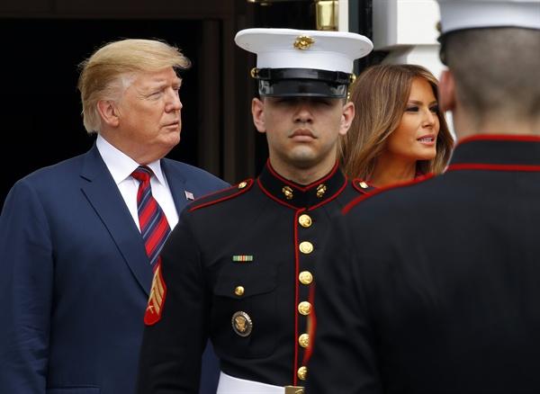 문 대통령 내외 기다리는 트럼프 대통령 내외 도널드 트럼프 미국 대통령과 부인 멜라니아 여사가 11일 오후 (현지시간) 워싱턴 백악관에서 문재인 대통령과 김정숙 여사의 도착을 기다리고 있다.