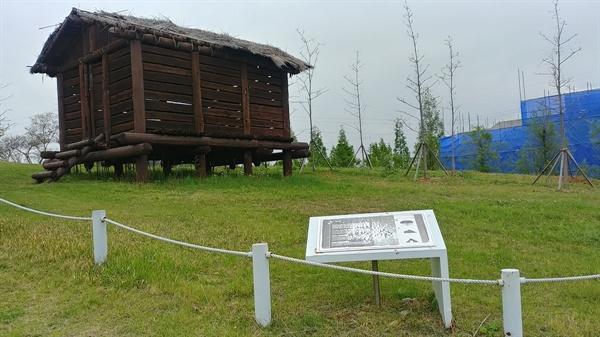 통나무가옥의 지붕 역시 훼손 정도가 심하다.