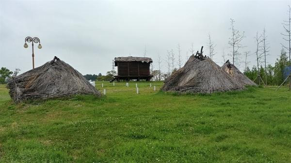 여수 화장동 여수선사유적공원(고인돌공원)의 움집과 통나무가옥이다.