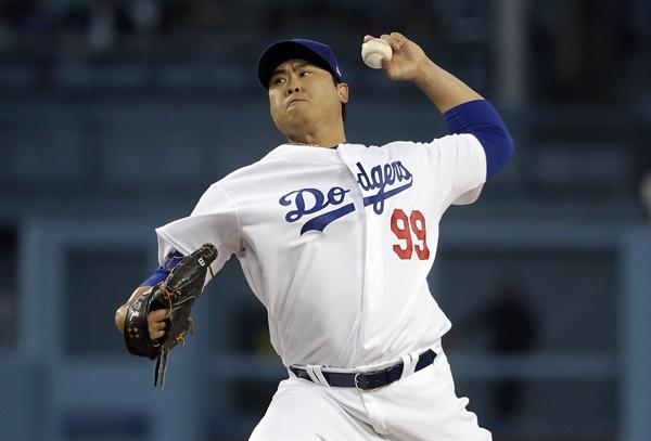 류현진(LA 다저스)이 26일(현지시간) 미국 캘리포니아주 로스앤젤레스의 다저스타디움에서 열린 2019 메이저리그(MLB) 피츠버그 파이리츠와의 경기에서 2회에 힘차게 공을 뿌리고 있다.