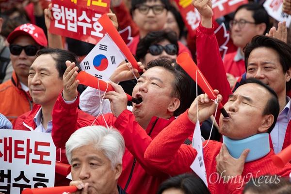 부부젤라 부는 민경욱 의원 자유한국당 민경욱 의원이 27일 오후 서울 세종문화회관앞에서 열린 문재인 정권 규탄집회에서 부부젤라를 불고 있다. 오른쪽은 박덕흠 의원.