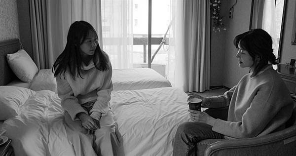 강변호텔 호텔에 투숙하는 두 여인 상희(김민희 분)와 연주(송선미 분).