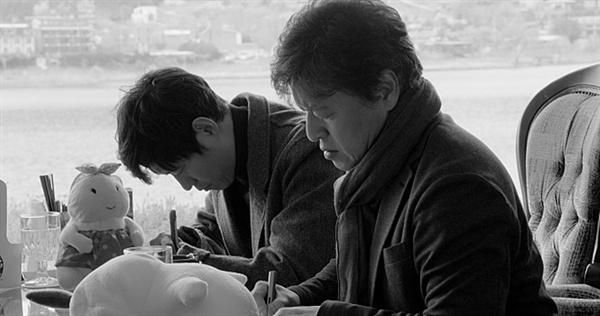 강변호텔 외딴 호텔로 아버지를 찾아온 두 아들. 영화는 언제나처럼 이들과 아버지 사이의 사연 대부분을 감추고 드러내지 않는다.