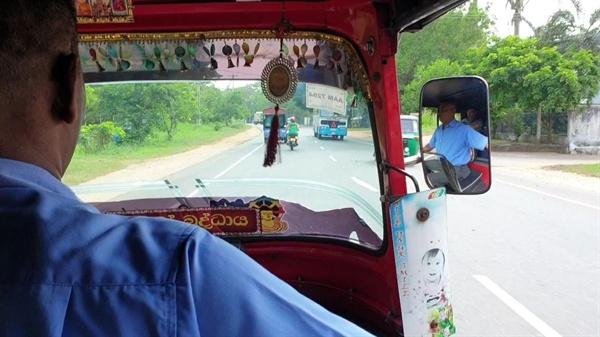스리랑카의 택시 툭툭. 쁘리안뜨 역시 기본요금이 한화 400~800원 수준인 툭툭을 몰며 돈을 모으고 있었다.