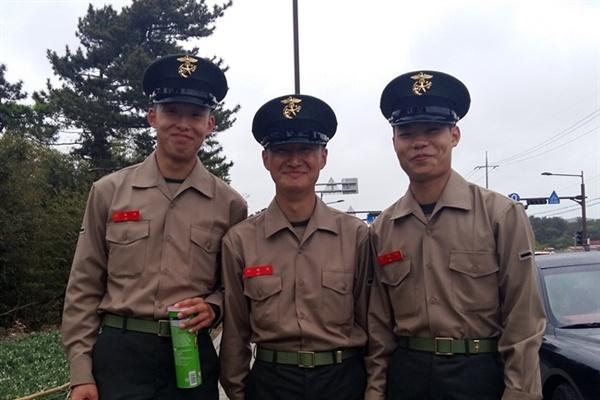 해병대 훈련소 수료식 면회 후 귀대 직전의 대한민국 아들들입니다. 녀석들 얼굴에 웃음 가득한 걸 보니 군 체질...