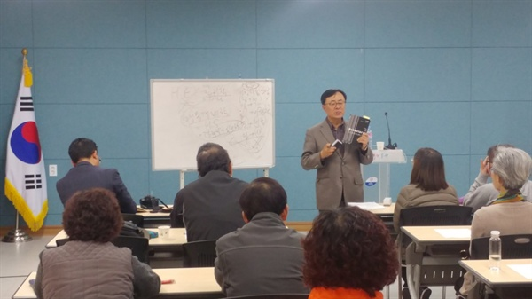 강의중인 윤석원명예교수 양양인문학아카데미에서 강의중인 모습