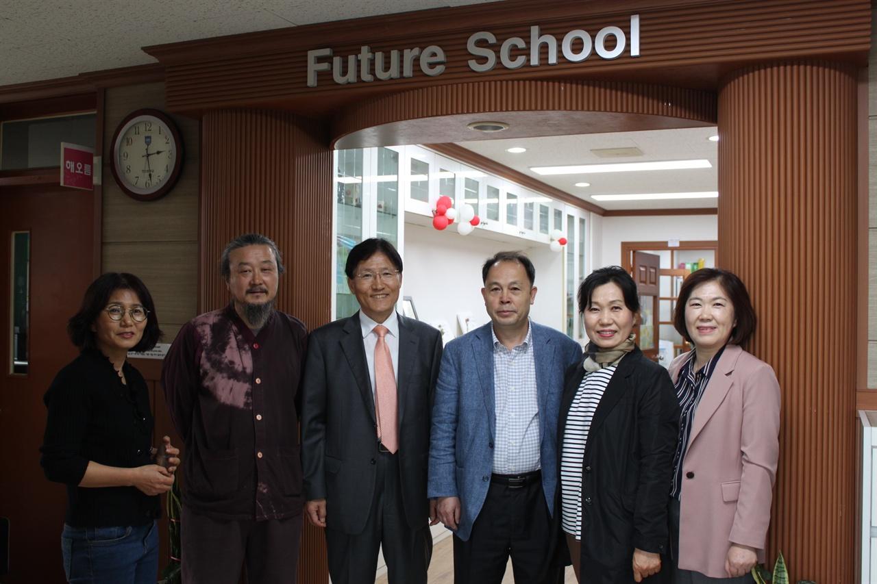 사진 왼쪽에서 세 번째부터 김학윤 한산중학교(미래학교) 교장, 정하영 교감, 임상옥 교사(교무부장) 그리고 미래학교 선생님들.