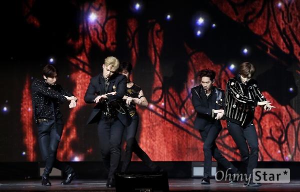 뉴이스트, 깊어진 감성 그룹 뉴이스트(JR, Aron, 백호, 민현, 렌)가 29일 오후 서울 한남동의 한 공연장에서 열린 여섯 번째 미니 앨범 < Happily Ever After(해필리 에버 애프터) > 발매 기념 쇼케이스에서 너에게 다시 돌아간다라는 메시지를 담은 수록곡 'Segno'를 선보이고 있다. 2016년 미니 5집 이후 약 3년 만에 완전체로 컴백하는 뉴이스트는 이번 미니앨범에서 백호가 작사와 작곡에 다수 참여하는 등 멤버 전원이 앨범 작업에 적극적인 의견을 내며 음악적 역량을 담아내고 있다.