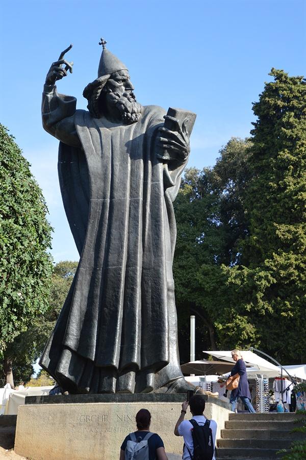 그레고리우스 닌. 그는 크로아티아어로 미사를 할 수 있도록 한, 존경받는 주교이다.