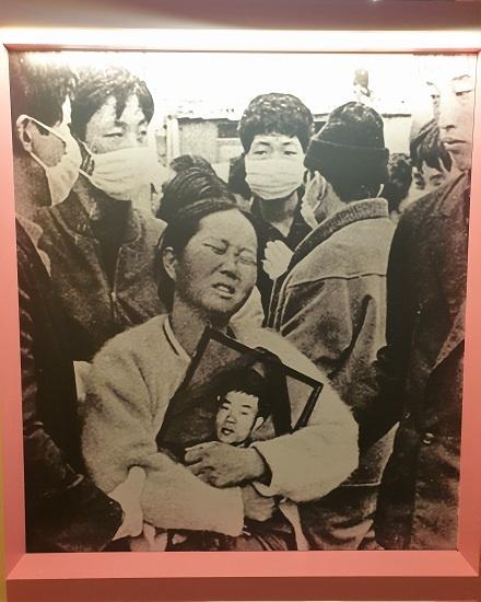 노동운동가 이소선 씨가 아들 전태일 열사의 영정 사진을 붙들고 슬퍼하는 장면이 기념관에 전시돼 있다.