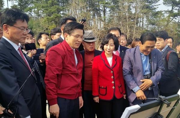 황교안 자유한국당 대표가 지난 18일 '민생대장정'의 일환으로 세종보를 방문했을 때 우측에서 설명하고 있는 송아영 자유한국당 세종시당위원장.