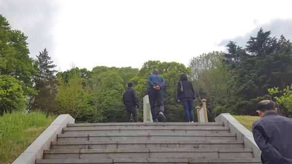 위령탑이 있는 계단을 오르며