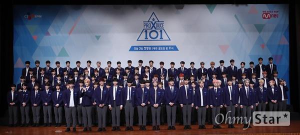 '프로듀스 X 101' 베일 벗은 연습생들 30일 오후 서울 여의도 63컨벤션센터에서 열린 Mnet <프로듀스 X 101> 제작발표회에서 연습생들이 공개되고 있다. <프로듀스 X 101>은 2016년 첫 방송을 시작, 국민 프로듀서들에 의해 아이오아이, 워너원, 아이즈원을 배출하는 아이돌 그룹 육성 프로젝트 프로그램이다. 5월 3일 금요일 오후 11시 첫 방송.