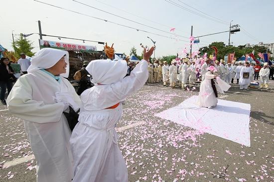▲ 올해 와룡퍼레이드 대상을 받은 용현면.(사진=사천시)