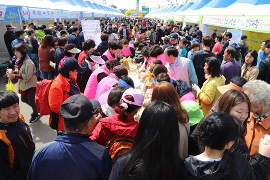 주민복지박람회를 찾은 시민과 관광객들.
