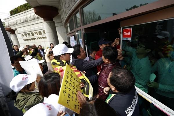 은백투와 은평구청 공무원들은 주민설명회장 입장부터 충돌했다.