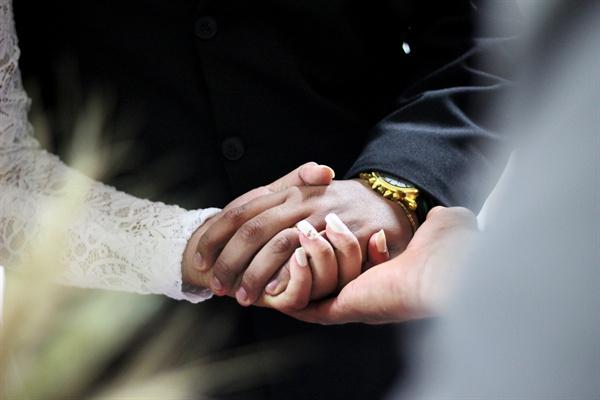 결혼이라는 문턱을 함께 넘은 이상, 우리는 이제 하나의 길을 함께 걸어 나가야 하는 것일까?