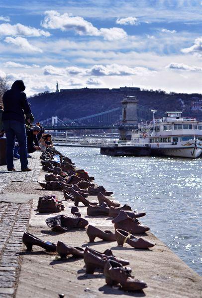 다뉴브 강변에 설치된 유대인 학살 추모 기념물. 제2차 세계대전 당시 총살 당한 뒤 강물에 떠내려간 사람들의 신발이 놓여 있다.