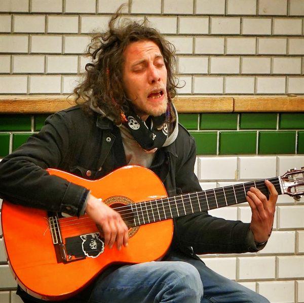부다페스트 거리의 음악가. 바린트 스제케레스씨.