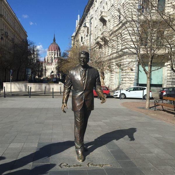 2011년 부다페스트 리버티 스퀘어(자유광장)에 세워진 미국 대통령 로널드 레이건 동상.