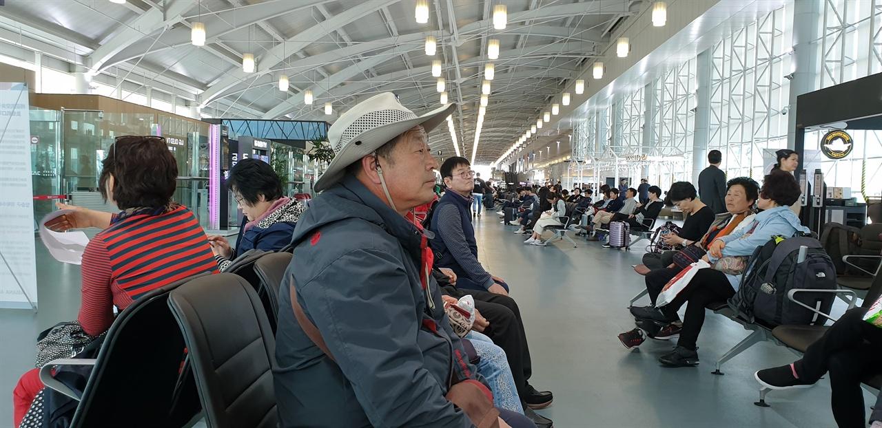 김해공항에서 출발 한양, 의주, 요양, 심양, 산해관을 두달 여 걸려 말을타고 갔던 길을 중간과정을 생략하고 부산에서 비행기로 들어간다.