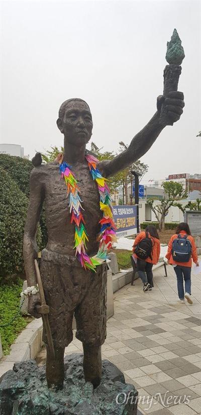 부산 동구 정발 장군 동상 앞 인도에 있는 '(일제) 강제징용 노동자상'.