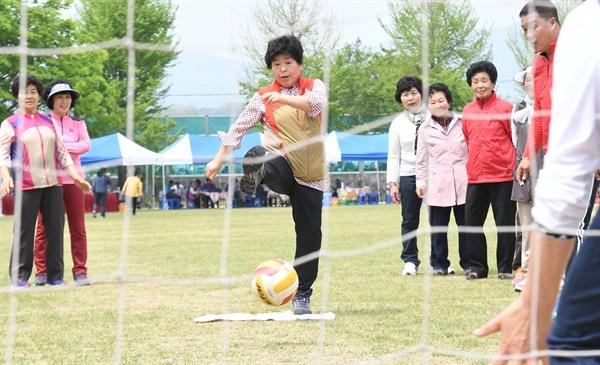거창 남하초등학교에서 열린 주민 체육대회.