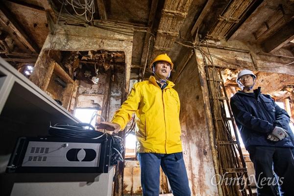 사회적참사 특조위원들과 4.16세월호 참사 가족협의회가 1일 오후 전남 목포 신항만에 거치된 세월호 내부 3층에서 CCTV-DVR이 설치되었던 안내데스크를 모형으로 복원해 현장브리핑을 하고 있다.