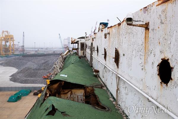 세월호 참사 5주기가 지난 1일 오후 전남 목포 신항에 거치된 세월호 선상의 모습.