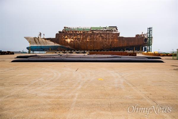 세월호 참사 5주기가 지난 1일 오후 전남 목포 신항에 거치된 세월호 모습.