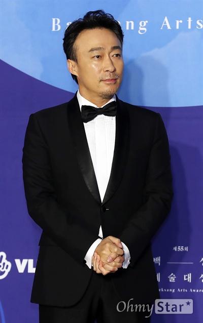 '백상' 이성민, 은근한 강자 배우 이성민이 1일 오후 서울 삼성동 코엑스에서 열린 제55회 백상예술대상 레드카펫에서 포즈를 취하고 있다.
