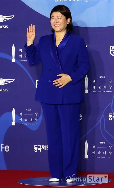 '백상' 이정은, 표정부자의 넉넉함 배우 이정은이 1일 오후 서울 삼성동 코엑스에서 열린 제55회 백상예술대상 레드카펫에서 포즈를 취하고 있다.