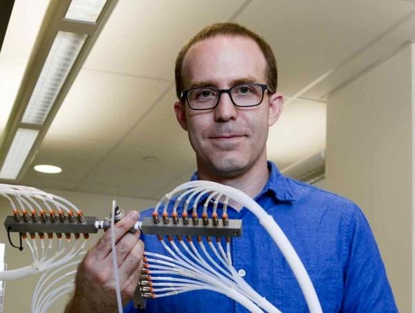 모넬 센터의 조엘 메인랜드가 냄새 분석장치를 들어보이고 있다. 모넬 센터 연구진은 최근 후각 수용체의 미세한 차이가 개개인의 후각에 아주 큰 차이를 불러올 수 있다는 점을 밝혀냈다.