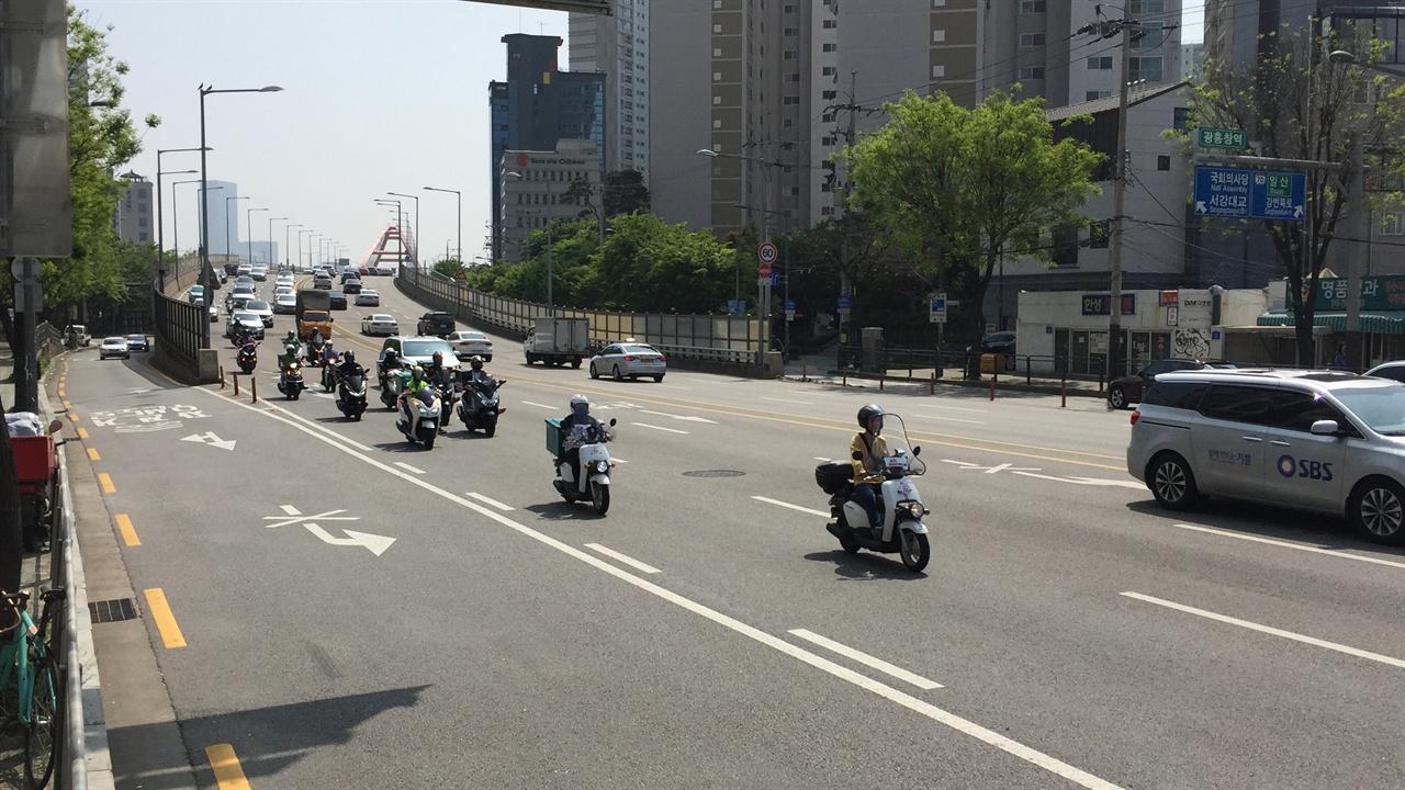 최초의 배달노동자인 라이더들의 행진 라이더유니온은 5월 1일 국회 앞에서부터 청와대까지 행진을 펼쳤다.