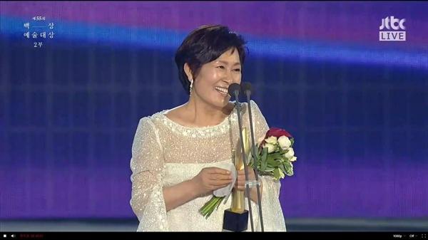 1일 진행된 제55회 백상예술대상 방송 화면. <눈이 부시게>로 TV 부문 대상을 수상한 배우 김혜자