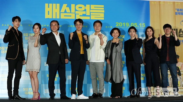'배심원들' 사람을 더욱 사랑하는 법! 2일 오후 서울 용산CGV에서 열린 영화 <배심원들> 시사회에서 배우 박형식, 조수향, 김홍파, 조한철, 윤경호, 김미경, 백수장, 문소리와 홍수완 감독이 포토타임을 갖고 있다. <배심원들>은 2008년 도입되어 처음으로 열렸던 국민참여재판의 실제 사건을 재구성, 어쩌다 배심원이 된 보통 사람들이 그들만의 방식으로 사건의 진실을 찾아가는 작품이다. 15일 개봉 예정.