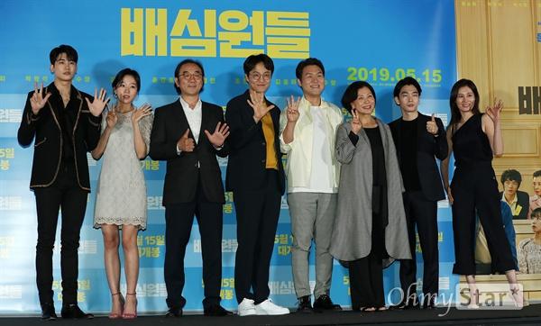 '배심원들' 사람을 더욱 사랑하는 법! 2일 오후 서울 용산CGV에서 열린 영화 <배심원들> 시사회에서 배우 박형식, 조수향, 김홍파, 조한철, 윤경호, 김미경, 백수장, 문소리가 포토타임을 갖고 있다. <배심원들>은 2008년 도입되어 처음으로 열렸던 국민참여재판의 실제 사건을 재구성, 어쩌다 배심원이 된 보통 사람들이 그들만의 방식으로 사건의 진실을 찾아가는 작품이다. 15일 개봉 예정.