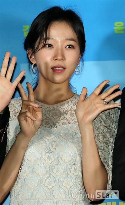 '배심원들' 조수향, 더 예뻐진 비주얼 배우 조수향이 2일 오후 서울 용산CGV에서 열린 영화 <배심원들> 시사회에서 포토타임을 갖고 있다. <배심원들>은 2008년 도입되어 처음으로 열렸던 국민참여재판의 실제 사건을 재구성, 어쩌다 배심원이 된 보통 사람들이 그들만의 방식으로 사건의 진실을 찾아가는 작품이다. 15일 개봉 예정.