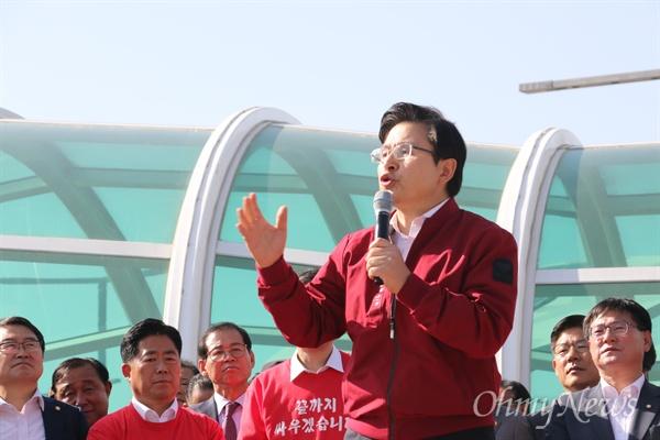 황교안 자유한국당 대표가 2일 오후 동대구역에서 열린 패스트트랙 규탄 장외집회에서 발언을 하고 있다.