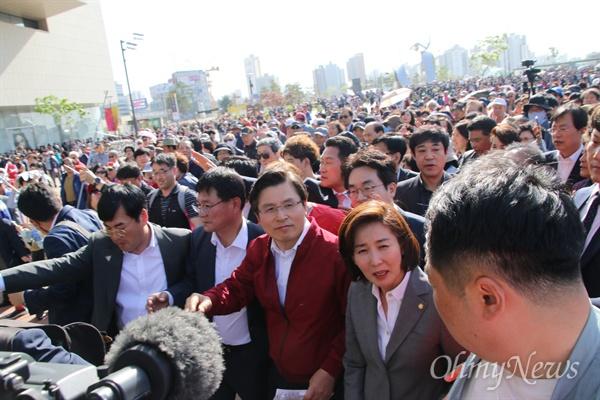 황교안 자유한국당 대표와 나경원 원내대표가 동대구역에서 열린 장외집회를 마치고 나서자 많은 지지자들이 뒤를 따르며 이름을 연호하고 있다.