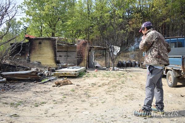 고성군 토성면 천진초등학교에서 차로 15분 정도 굽이굽이 산길을 따라 도착한 박씨의 인흥리 집은 완전히 다 타 있었다.