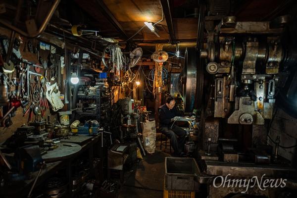 좁은 공장 내부는 얼핏 봤을 때 복잡해 보이지만 기계와 공구는 제자리를 지키며 작업자와 세월을 함께 해왔다.