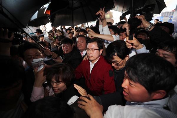 거센 항의 받는 황교안 자유한국당 황교안 대표를 비롯한 의원들이 3일 오전 광주광역시 송정역 광장에서 열린 '문재인 STOP! 광주시민이 심판합니다' 행사를 마친 뒤, 5.18 단체들의 거센 항의를 받으며 역사로 이동하고 있다.