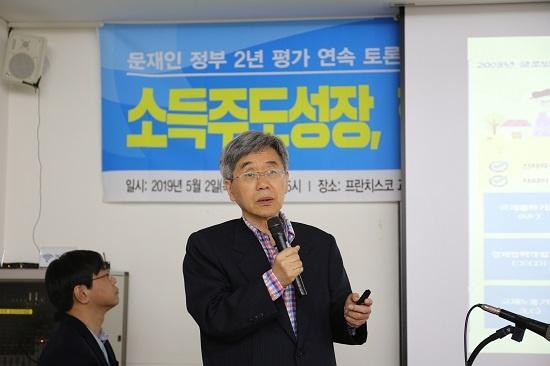 김태동 성균관대 명예교수가 '문재인 정부 2년 평가와 앞으로의 과제'를 기조발제하고 있다.